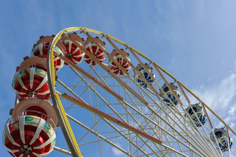 Колесо Ferris на ярмарочной площади против голубого неба стоковое изображение rf