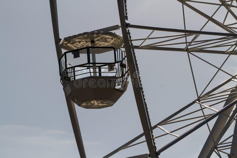 Колесо Ferris против солнца стоковая фотография