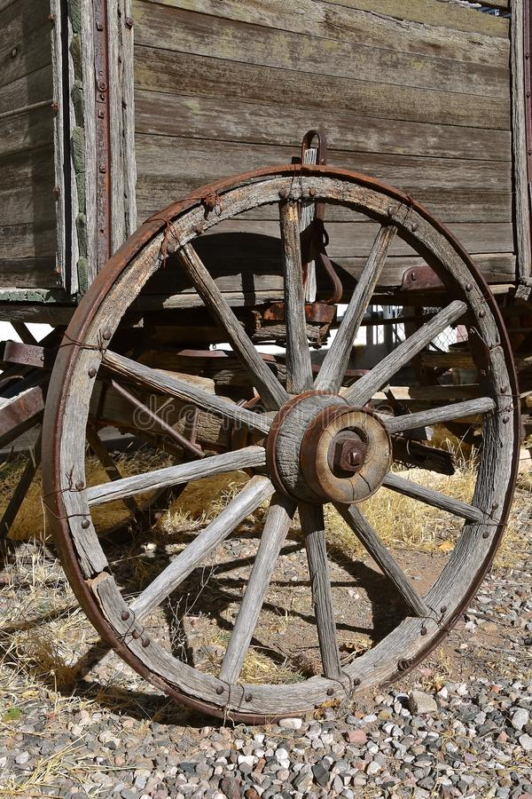 Колесо Spoked деревянное старой фуры стоковая фотография rf
