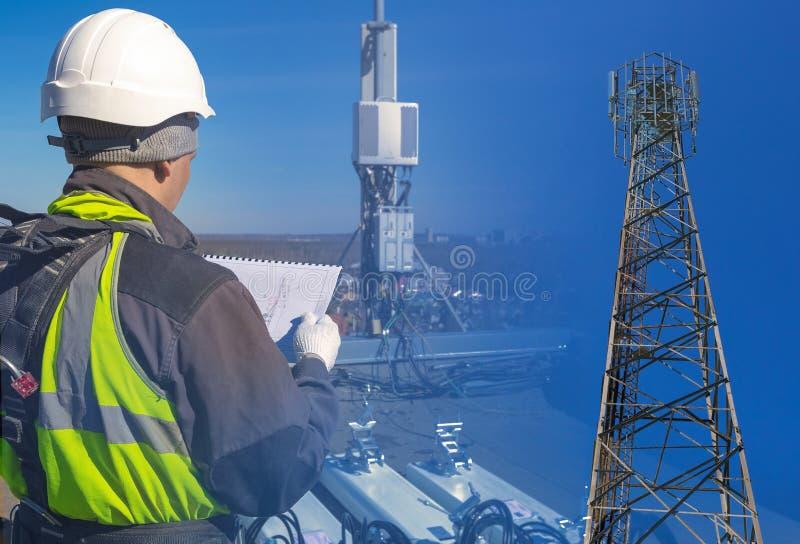 Коллаж инженера радиосвязи в шлеме и форме с документацией и башни с антеннами UMTS DCS GSM стоковые фотографии rf