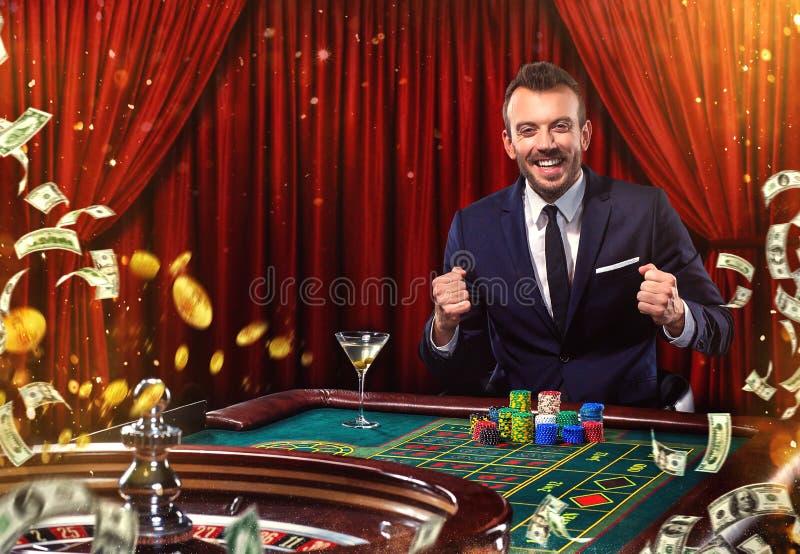 Коллаж казино отображает с рулеткой покера игры человека на таблице Молодой человек в костюме играя в казино gambling стоковая фотография