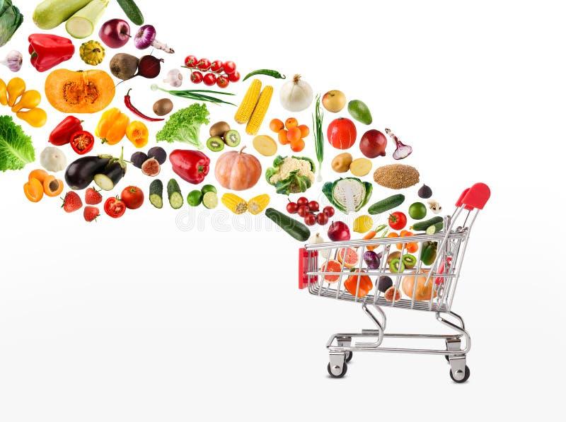 Коллаж магазинной тележкаи при овощи и плодоовощи изолированные на белизне стоковые фотографии rf
