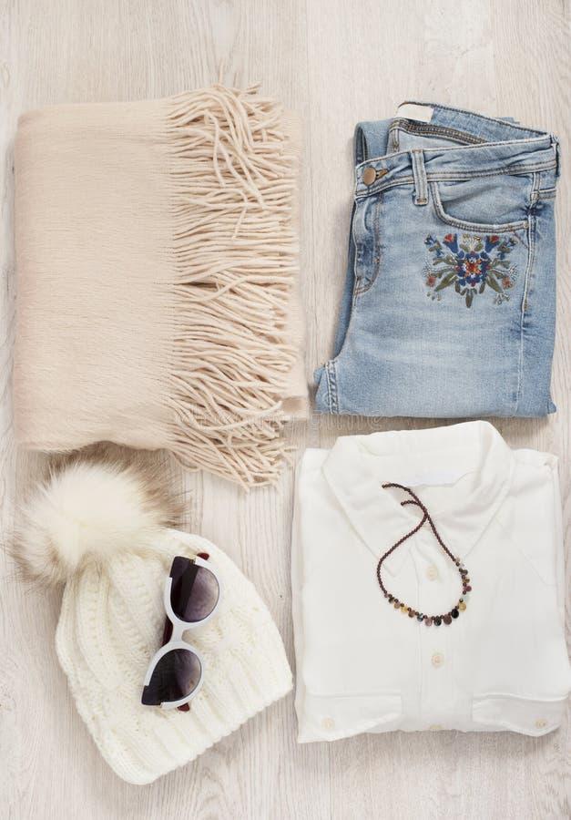 Коллаж одежд женщин Ресурсы блоггера моды женщина ног принципиальной схемы мешка предпосылки ходя по магазинам белая Обмундирован стоковое изображение