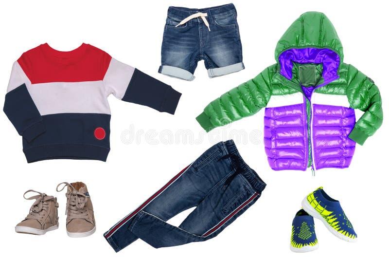 Коллаж установил одежд детей Джинсы или брюки джинсовой ткани, короткие джинсы, 2 ботинка пар, куртка дождя и свитер для мальчика стоковое фото