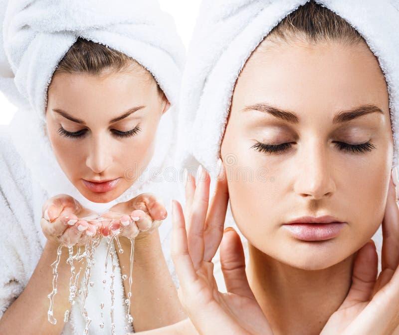 Коллаж чувственной женщины в купальном халате и полотенце ванны стоковое фото