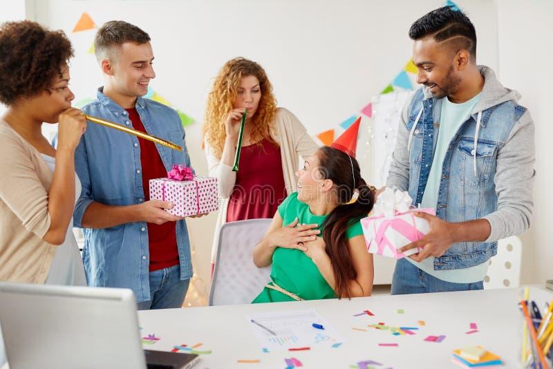 Коллега приветствию команды на вечеринке по случаю дня рождения офиса стоковые изображения
