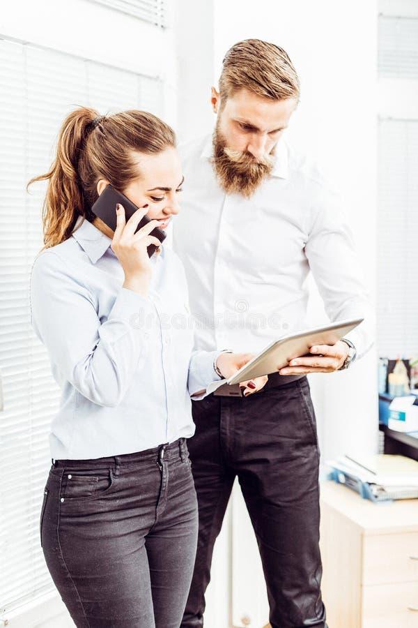 Коллеги в офисе работая на цифровой таблетке стоковое изображение