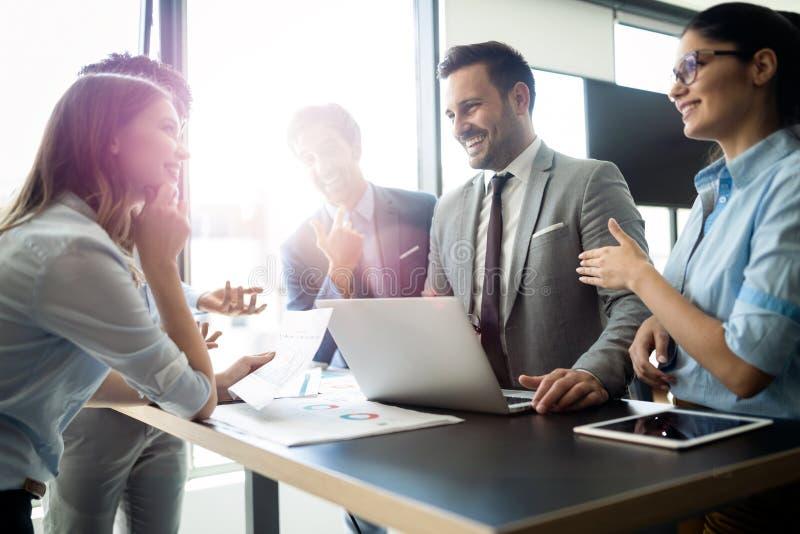 Коллеги дела имея встречу в конференц-зале в офисе стоковые фото
