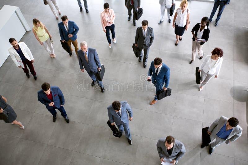 Коллеги идя на деловую встречу в компании стоковые изображения