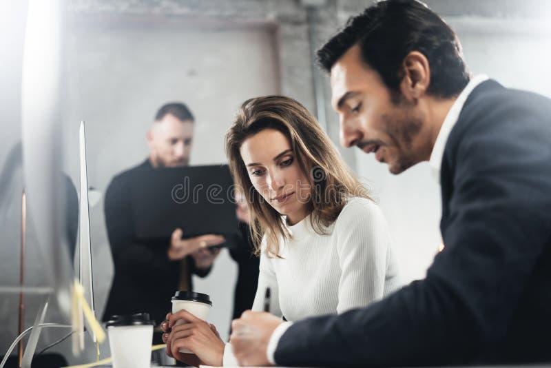 Коллеги ищут решение дела во время процесса работы на солнечном офисе Бизнесмены встречая концепцию стоковые изображения rf