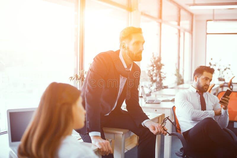 Коллеги на встрече в солнечном офисе стоковое фото
