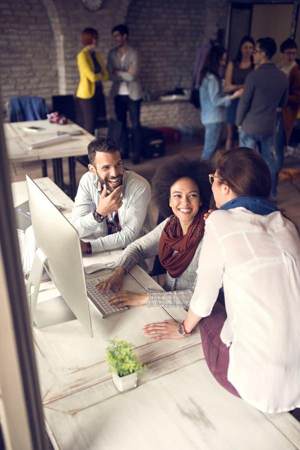 Коллективно обсуждать в офисе с женским менеджером стоковое фото rf