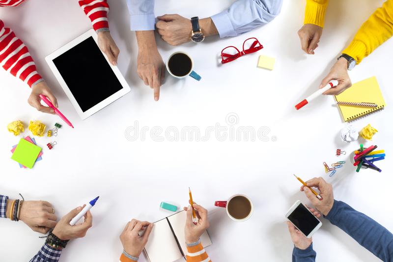 Коллективно обсуждать концепцию группы людей работая стоковые изображения