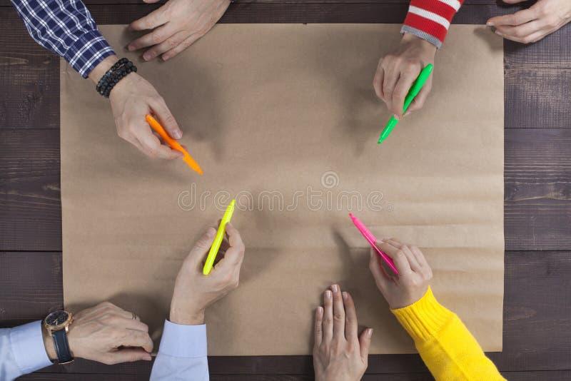 Коллективно обсуждать концепцию группы людей работая стоковое фото rf