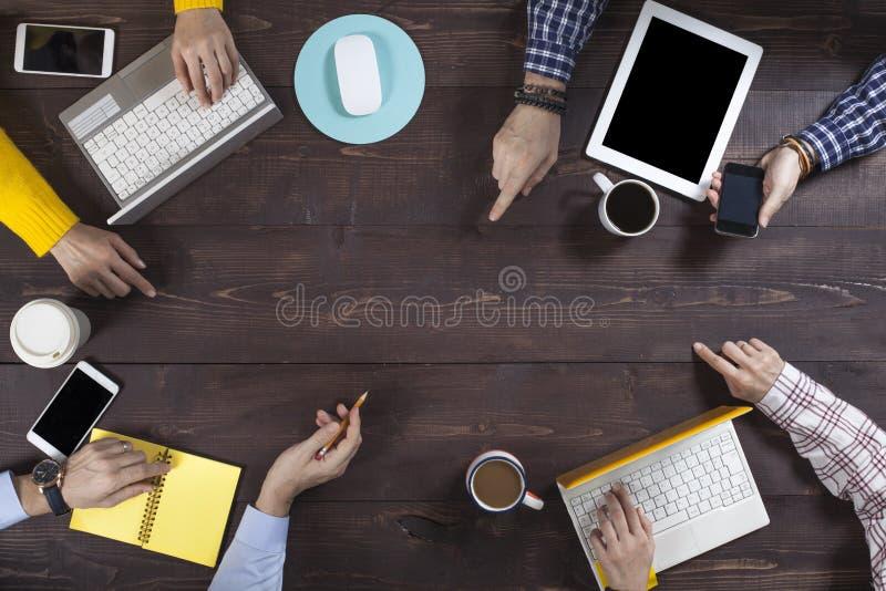 Коллективно обсуждать концепцию группы людей работая стоковые изображения rf
