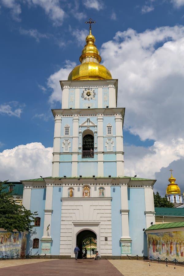 Колокольня монастыря St Michael золотого приданного куполообразную форму в Киеве, Украине стоковые изображения rf