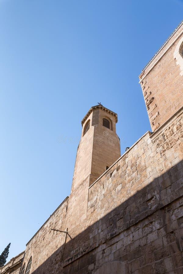 Колокольня на улице Derech Shaar HaArayot внутри старого города Иерусалима водя от ворот льва в Израиле стоковая фотография