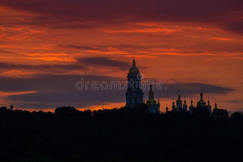 Колокольня Lavra и православная церков церковь и монастырь Lavra силуэт стоковая фотография rf