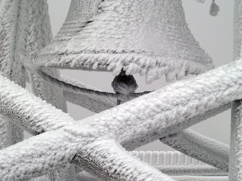 Колокол на горной вершине в зиме стоковое фото rf