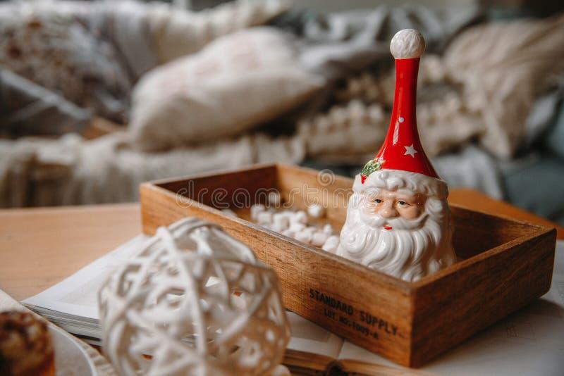 Колокол Санта Клаус глины на подносе стоковая фотография rf
