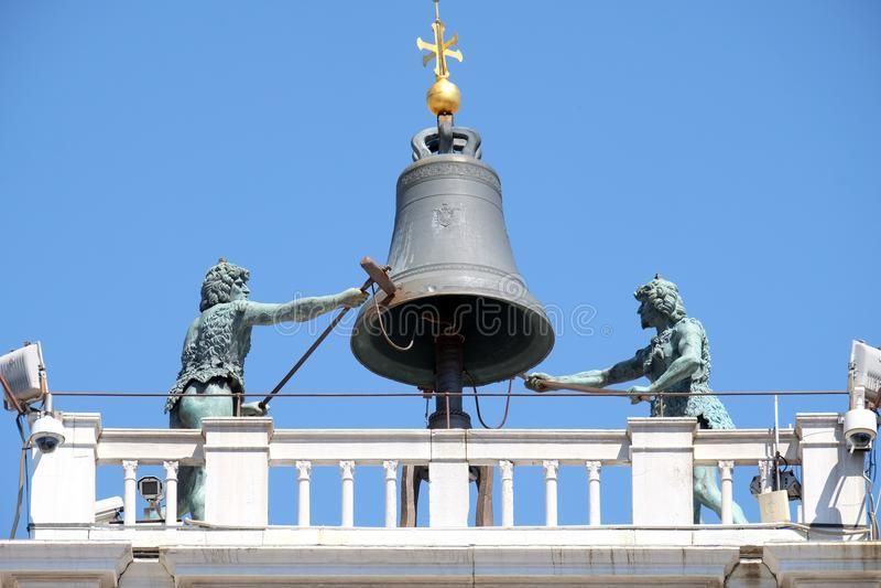 Колокол na górze старого ` Orologio Dell Torre башни с часами в аркаде Сан Marco, Венеции стоковое изображение