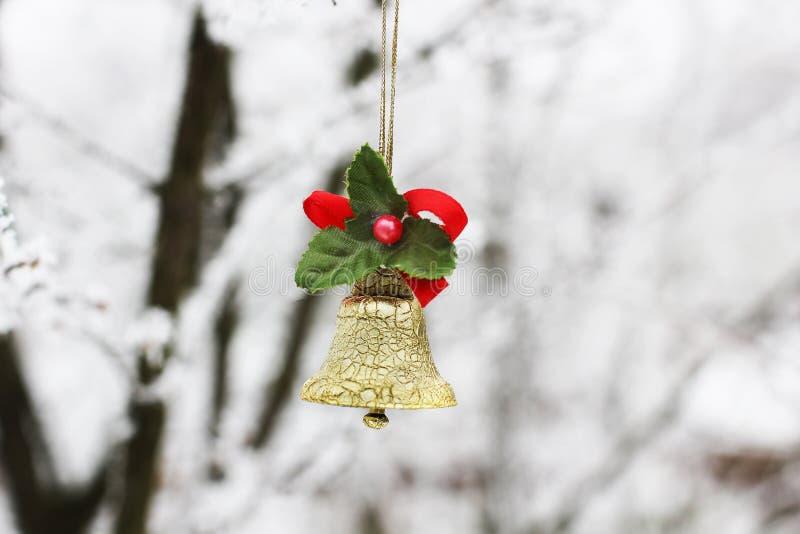 Колокол ` s Нового Года Игрушка рождества на дереве в зиме стоковое изображение rf