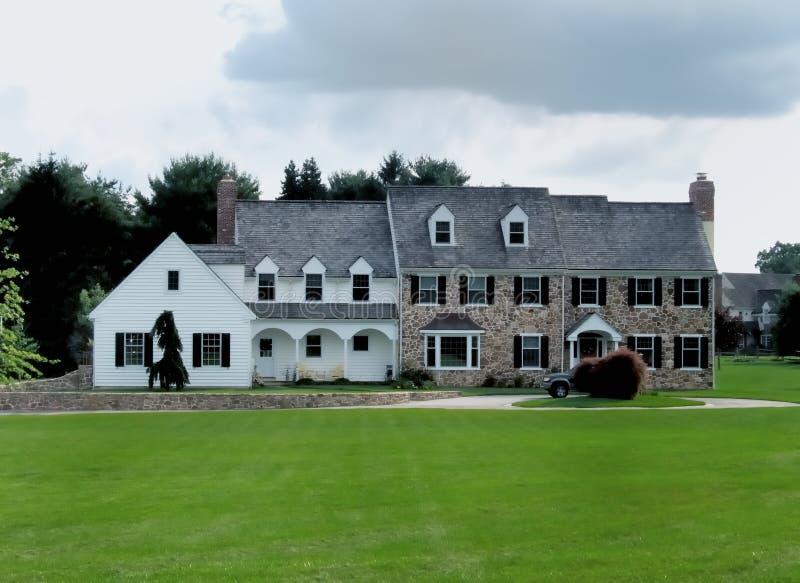 колониальный домашний большой стоковая фотография rf