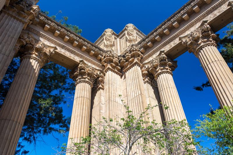 колонки искусств штрафуют дворец стоковое изображение