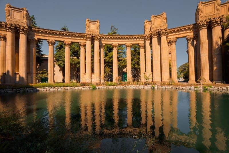 колонки искусств штрафуют отражение дворца стоковое изображение