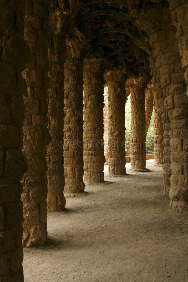 колонки произвели парк Испанию руки guell стоковые фотографии rf