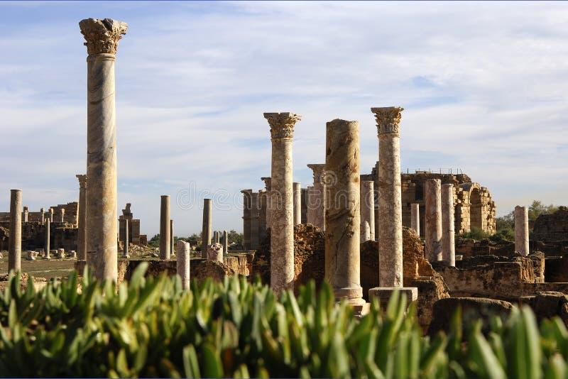 Download колонки римские стоковое изображение. изображение насчитывающей землерой - 485219