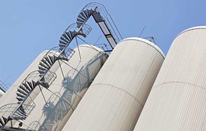колонки distillating место фабрики промышленное стоковая фотография