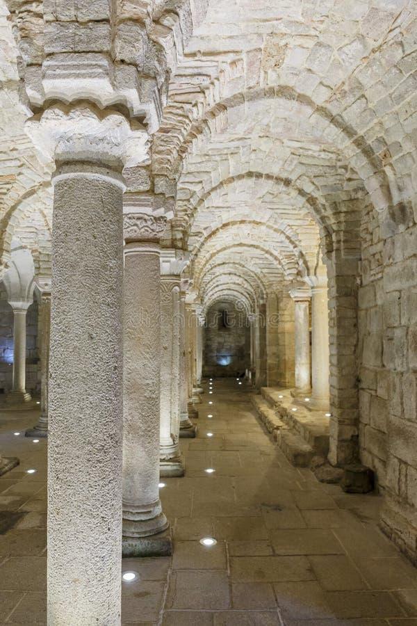 Колоннада в старой подземной крипте стоковое фото rf