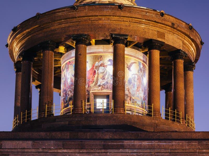 Колоннада памятника Siegessaule столбца победы Берлина и мозаика вечером Tiergarten Берлин Германия стоковая фотография rf
