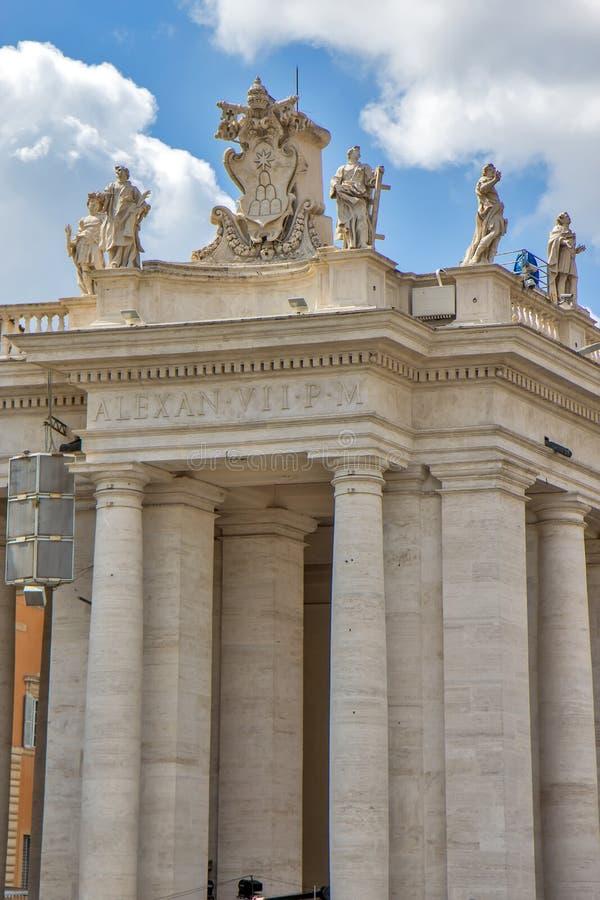 Колоннады в ` s Сан Pietro St Peter аркады придают квадратную форму в государстве Ватикан стоковое изображение