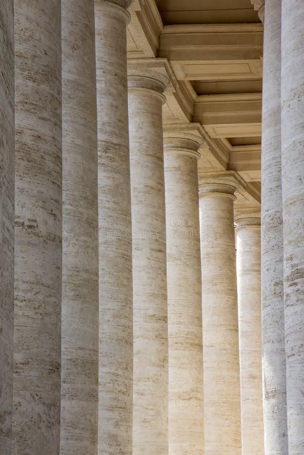 Колоннады в ` s Сан Pietro St Peter аркады придают квадратную форму в государстве Ватикан стоковое фото