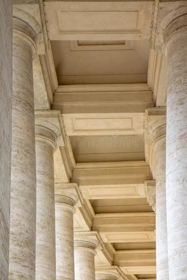 Колоннады в ` s Сан Pietro St Peter аркады придают квадратную форму в государстве Ватикан стоковые фото