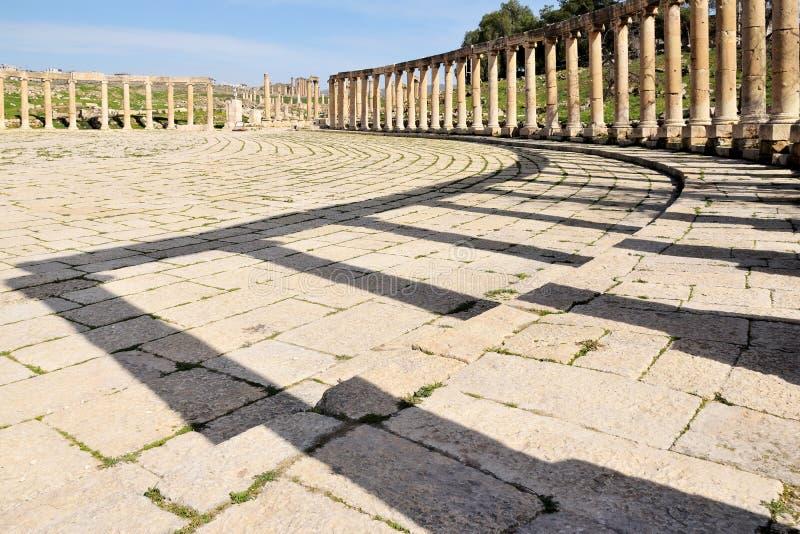 Колонны Овальной площади в руинах великого римского города Иераш стоковое изображение rf