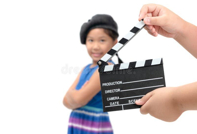 Колотушка фильма удерживания маленькой девочки изолировала стоковые фотографии rf