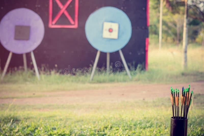 Колчан со стрелками используемыми для тренировки archery стоковая фотография