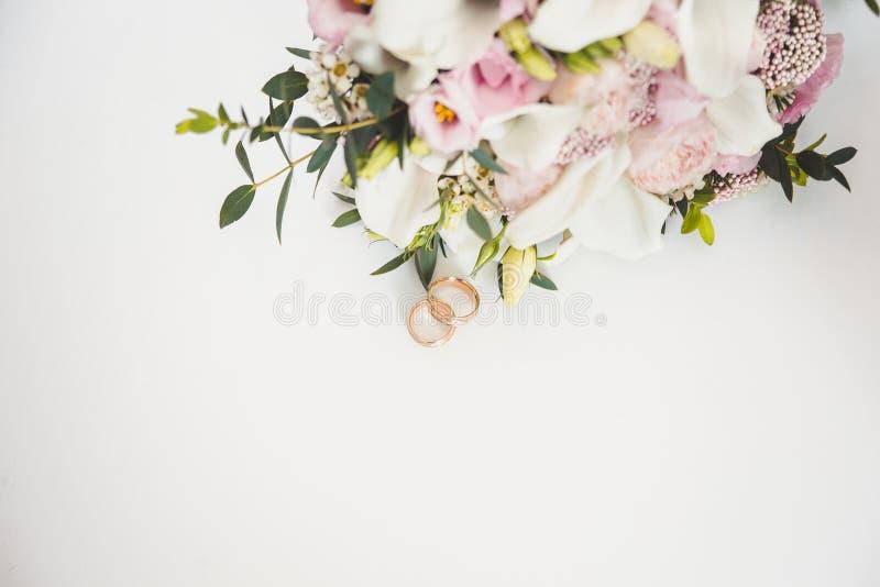 2 кольца, обручальные кольца, цветки, свадьба, романская стоковая фотография