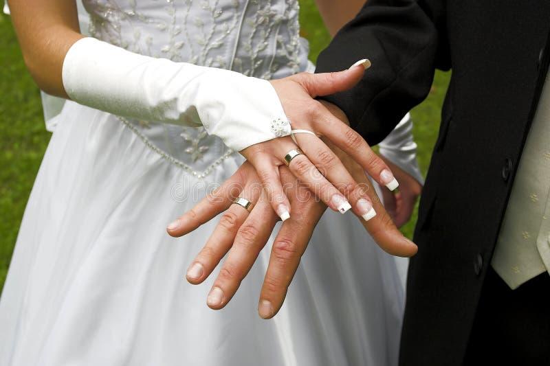 кольца перстов wedding стоковая фотография