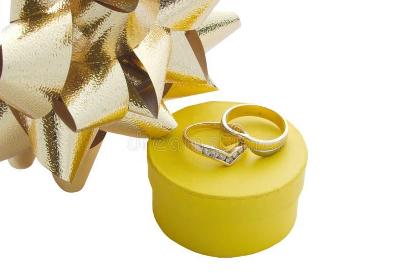 кольца подарка коробки смычков стоковое фото rf