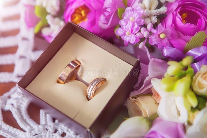 кольца предпосылки яркие wedding белизна Wedding символы, атрибуты Праздник, торжество Макрос стоковая фотография rf