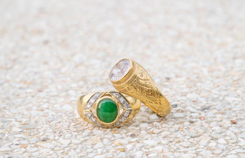 Кольца с бриллиантом крупного плана старые на запачканной каменной предпосылке пола стоковая фотография rf