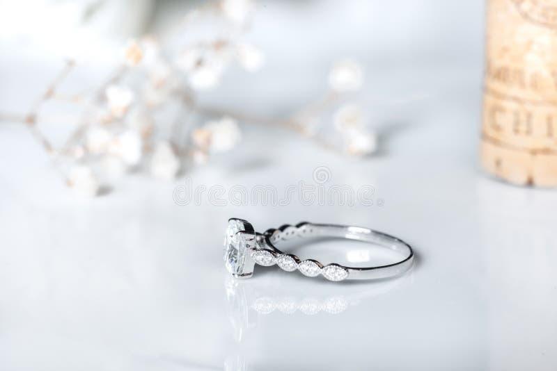 Кольца с бриллиантом ювелирных изделий на белой предпосылке Знак любов Украшения моды, хорошие для свадьбы или концепции темы зах стоковые изображения rf