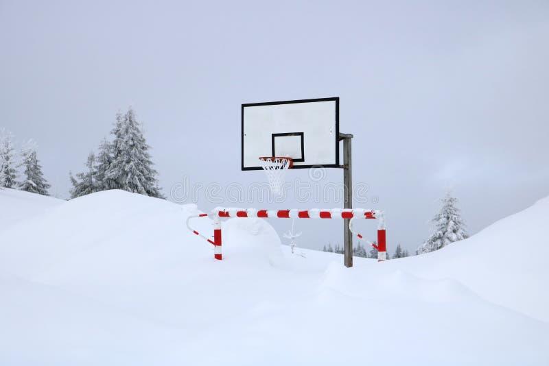 Кольцо баскетбола в зиме стоковые фото