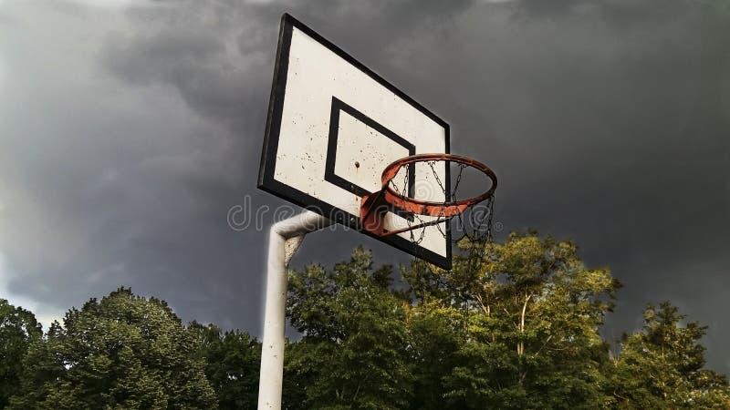 Кольцо баскетбола с бурным небом стоковое фото rf