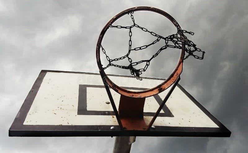 Кольцо баскетбола с облачным небом снизу стоковое изображение
