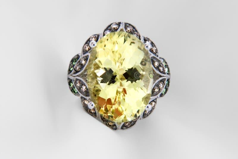 Кольцо белого золота с кварцем и диамантами стоковое изображение rf